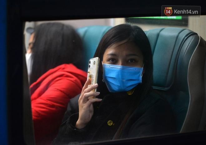 Hành khách mua vé ngồi được đổi miễn phí lên giường nằm trên đoàn tàu khách duy nhất còn chạy - ảnh 12