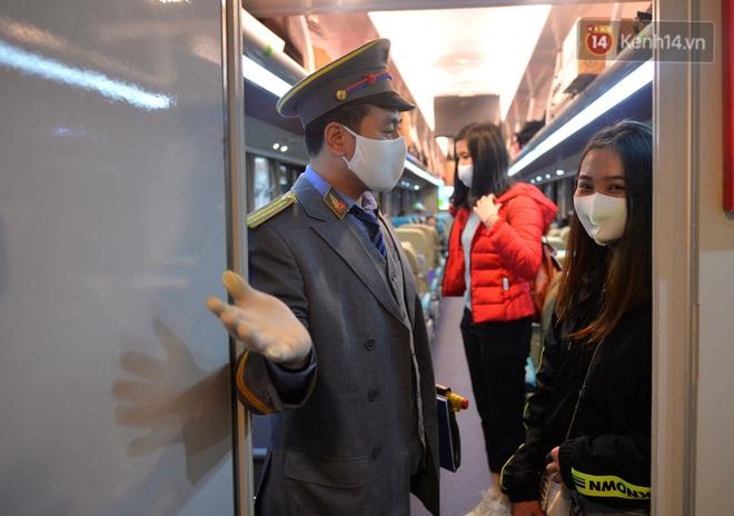 Hành khách mua vé ngồi được đổi miễn phí lên giường nằm trên đoàn tàu khách duy nhất còn chạy - ảnh 15
