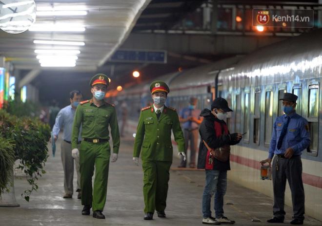 Hành khách mua vé ngồi được đổi miễn phí lên giường nằm trên đoàn tàu khách duy nhất còn chạy - ảnh 11