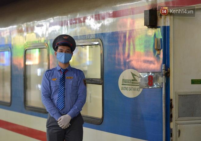 Hành khách mua vé ngồi được đổi miễn phí lên giường nằm trên đoàn tàu khách duy nhất còn chạy - ảnh 7