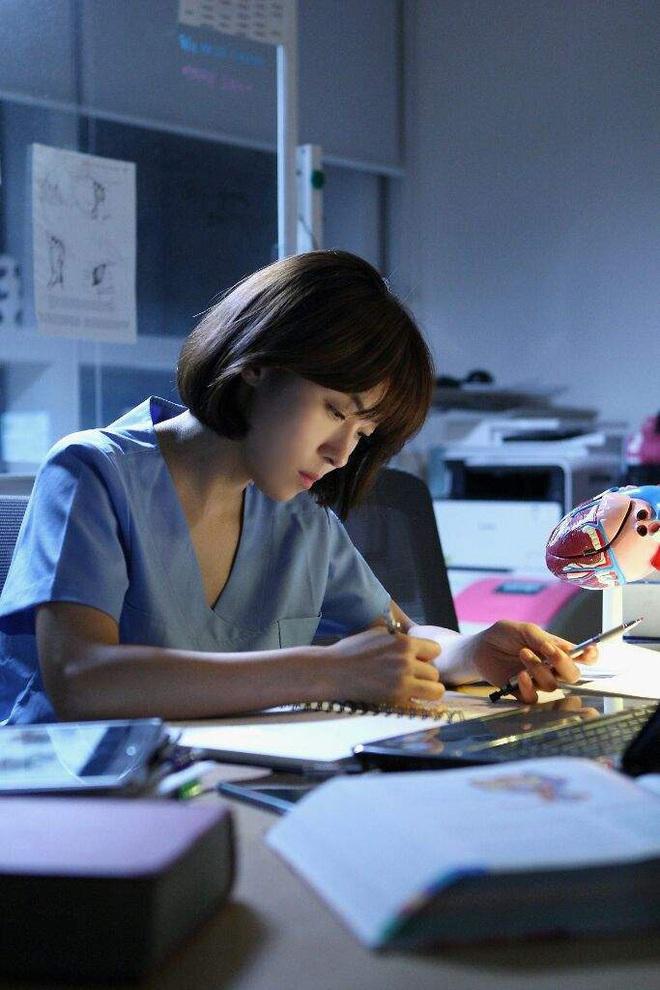 """7 """"chị đại"""" ngành y ngầu nhất phim Hàn: Park Shin Hye tay không quật côn đồ cũng chưa át vía được nữ chính Hospital Playlist - ảnh 12"""