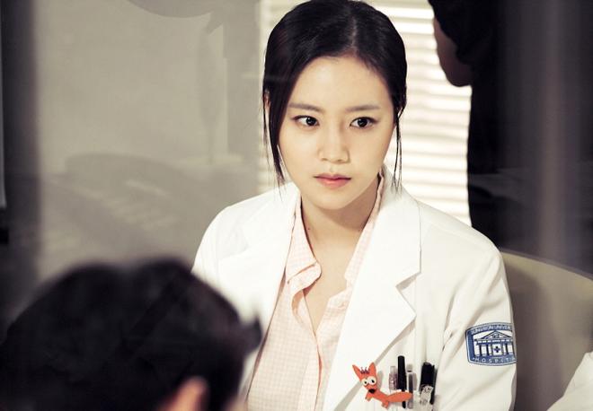"""7 """"chị đại"""" ngành y ngầu nhất phim Hàn: Park Shin Hye tay không quật côn đồ cũng chưa át vía được nữ chính Hospital Playlist - ảnh 6"""
