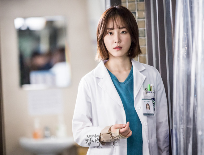 """7 """"chị đại"""" ngành y ngầu nhất phim Hàn: Park Shin Hye tay không quật côn đồ cũng chưa át vía được nữ chính Hospital Playlist - ảnh 10"""