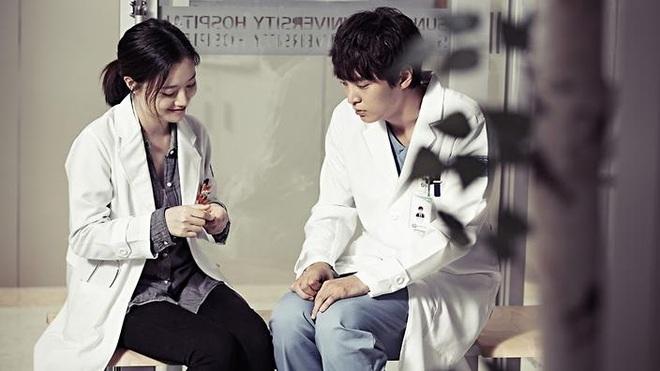 """7 """"chị đại"""" ngành y ngầu nhất phim Hàn: Park Shin Hye tay không quật côn đồ cũng chưa át vía được nữ chính Hospital Playlist - ảnh 7"""