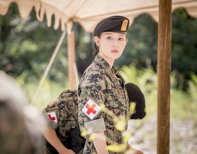 """7 """"chị đại"""" ngành y ngầu nhất phim Hàn: Park Shin Hye tay không quật côn đồ cũng chưa át vía được nữ chính Hospital Playlist - ảnh 18"""