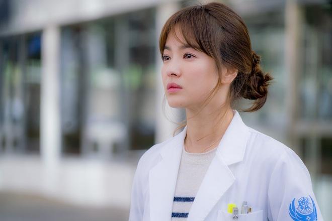"""7 """"chị đại"""" ngành y ngầu nhất phim Hàn: Park Shin Hye tay không quật côn đồ cũng chưa át vía được nữ chính Hospital Playlist - ảnh 14"""