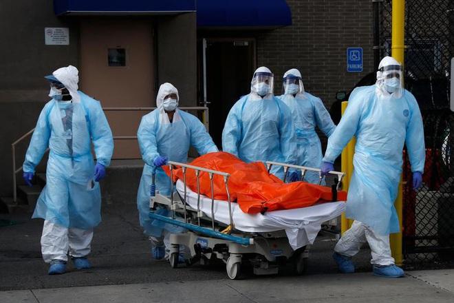 Bên trong New York - tâm dịch Covid-19 lớn nhất nước Mỹ: Thành phố vắng lặng nhưng y bác sĩ và quân đội vẫn tất bật chiến đấu chống dịch bệnh - ảnh 1