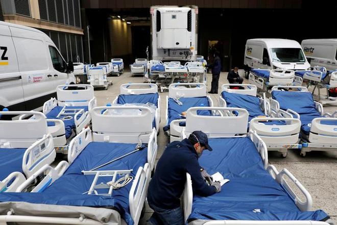 Bên trong New York - tâm dịch Covid-19 lớn nhất nước Mỹ: Thành phố vắng lặng nhưng y bác sĩ và quân đội vẫn tất bật chiến đấu chống dịch bệnh - ảnh 13