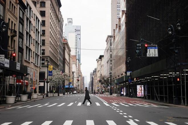 Bên trong New York - tâm dịch Covid-19 lớn nhất nước Mỹ: Thành phố vắng lặng nhưng y bác sĩ và quân đội vẫn tất bật chiến đấu chống dịch bệnh - ảnh 17
