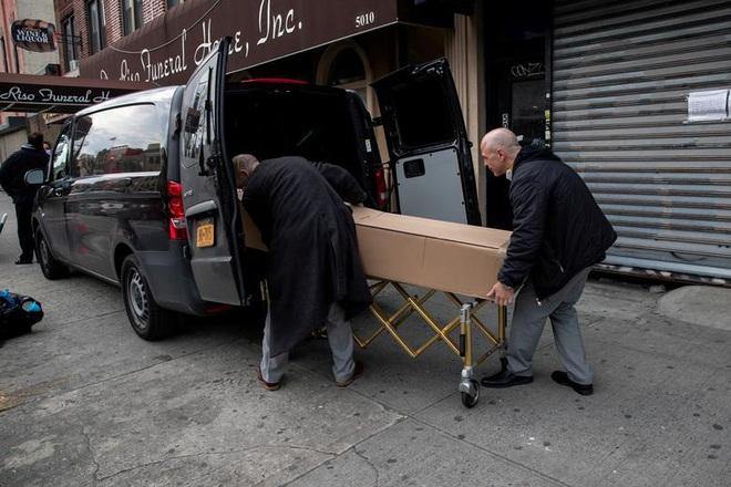 Bên trong New York - tâm dịch Covid-19 lớn nhất nước Mỹ: Thành phố vắng lặng nhưng y bác sĩ và quân đội vẫn tất bật chiến đấu chống dịch bệnh - ảnh 19