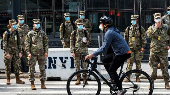 Bên trong New York - tâm dịch Covid-19 lớn nhất nước Mỹ: Thành phố vắng lặng nhưng y bác sĩ và quân đội vẫn tất bật chiến đấu chống dịch bệnh - ảnh 20