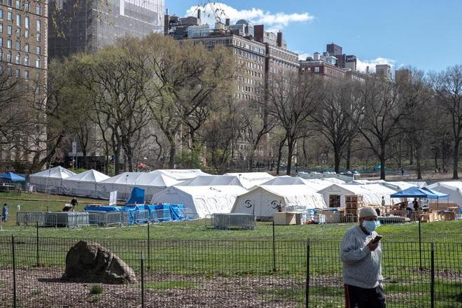 Bên trong New York - tâm dịch Covid-19 lớn nhất nước Mỹ: Thành phố vắng lặng nhưng y bác sĩ và quân đội vẫn tất bật chiến đấu chống dịch bệnh - ảnh 21