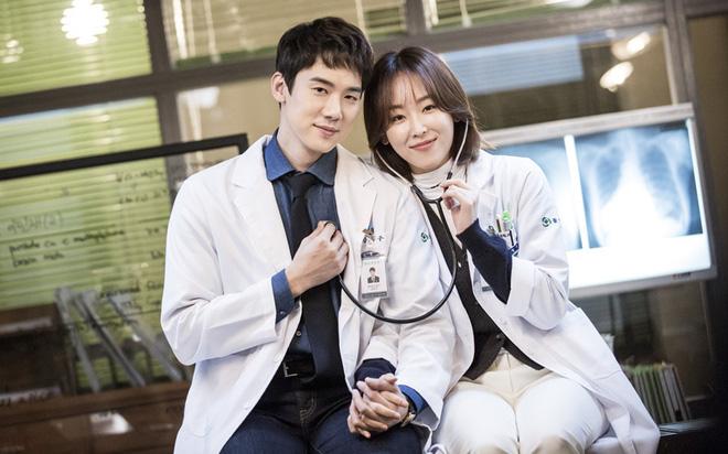 """7 """"chị đại"""" ngành y ngầu nhất phim Hàn: Park Shin Hye tay không quật côn đồ cũng chưa át vía được nữ chính Hospital Playlist - ảnh 8"""