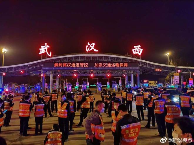 Khoảnh khắc lịch sử của TQ: Vũ Hán dỡ bỏ lệnh phong tỏa sau 76 ngày chống dịch Covid-19, hàng vạn người lên đường rời khỏi thành phố - ảnh 3
