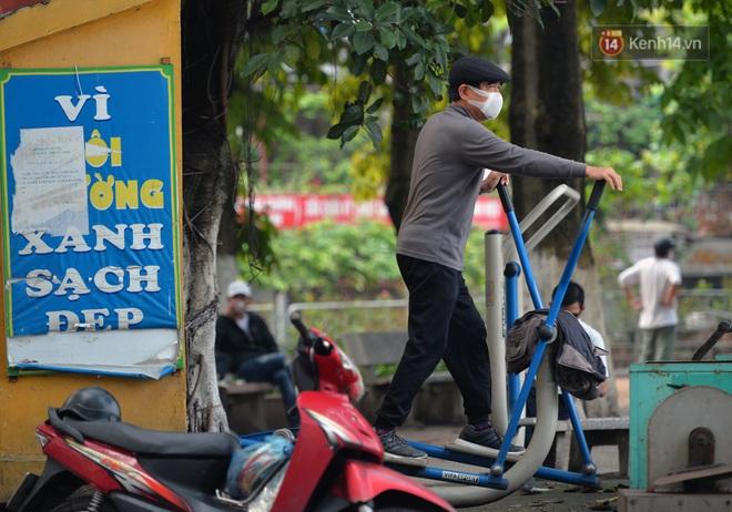Người dân Hà Nội vẫn thản nhiên tập thể dục bất chấp thông báo và tiếng loa liên hồi của lực lượng chức năng: Không ra đường khi không cần thiết - ảnh 7
