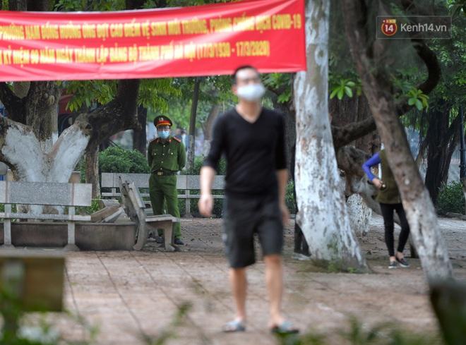 Người dân Hà Nội vẫn thản nhiên tập thể dục bất chấp thông báo và tiếng loa liên hồi của lực lượng chức năng: Không ra đường khi không cần thiết - ảnh 5