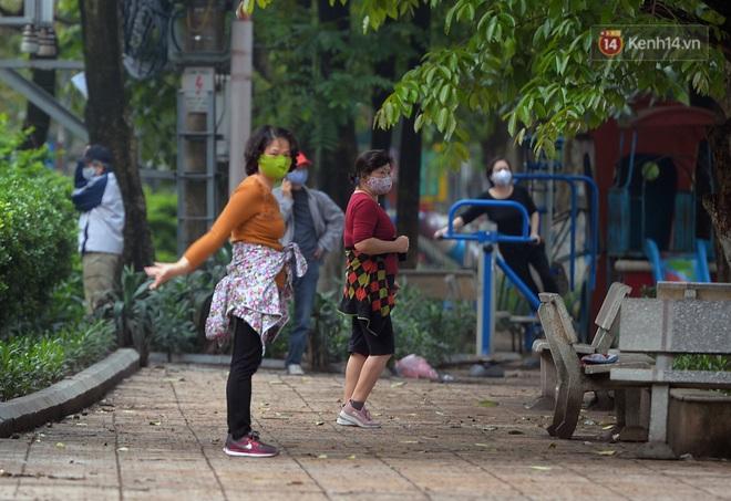 Người dân Hà Nội vẫn thản nhiên tập thể dục bất chấp thông báo và tiếng loa liên hồi của lực lượng chức năng: Không ra đường khi không cần thiết - ảnh 4