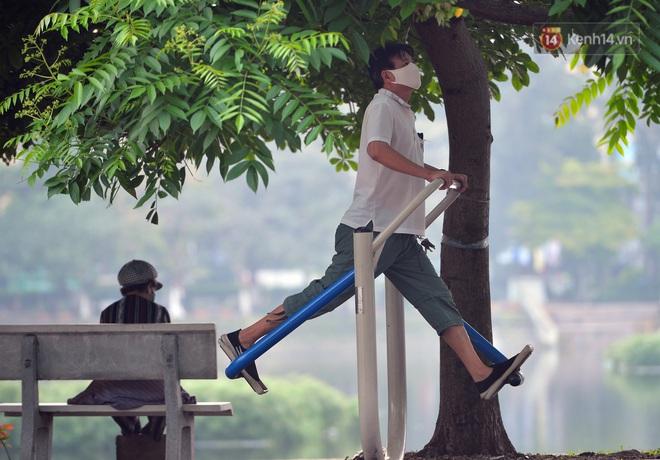 Người dân Hà Nội vẫn thản nhiên tập thể dục bất chấp thông báo và tiếng loa liên hồi của lực lượng chức năng: Không ra đường khi không cần thiết - ảnh 6