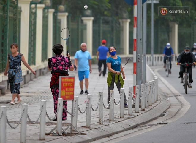 Người dân Hà Nội vẫn thản nhiên tập thể dục bất chấp thông báo và tiếng loa liên hồi của lực lượng chức năng: Không ra đường khi không cần thiết - ảnh 18