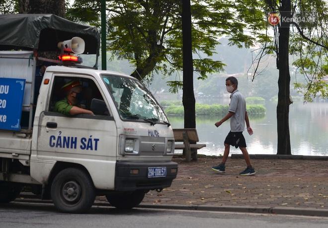 Người dân Hà Nội vẫn thản nhiên tập thể dục bất chấp thông báo và tiếng loa liên hồi của lực lượng chức năng: Không ra đường khi không cần thiết - ảnh 19