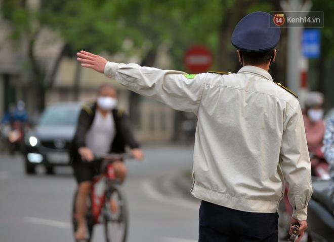 Người dân Hà Nội vẫn thản nhiên tập thể dục bất chấp thông báo và tiếng loa liên hồi của lực lượng chức năng: Không ra đường khi không cần thiết - ảnh 20