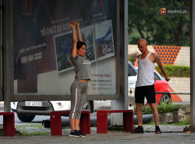 Người dân Hà Nội vẫn thản nhiên tập thể dục bất chấp thông báo và tiếng loa liên hồi của lực lượng chức năng: Không ra đường khi không cần thiết - ảnh 14