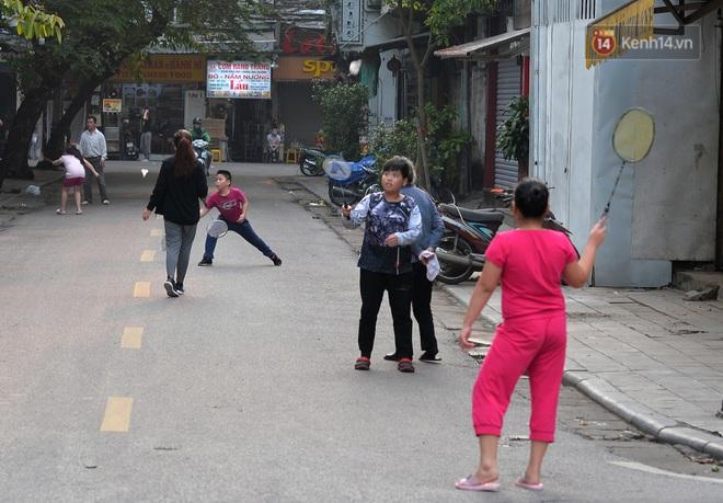 Người dân Hà Nội vẫn thản nhiên tập thể dục bất chấp thông báo và tiếng loa liên hồi của lực lượng chức năng: Không ra đường khi không cần thiết - ảnh 15