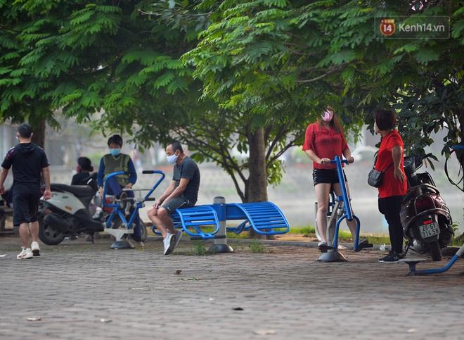 Người dân Hà Nội vẫn thản nhiên tập thể dục bất chấp thông báo và tiếng loa liên hồi của lực lượng chức năng: Không ra đường khi không cần thiết - ảnh 10