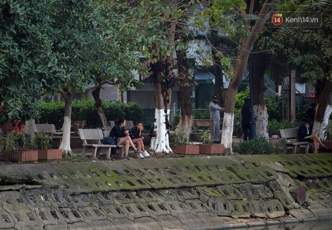 Người dân Hà Nội vẫn thản nhiên tập thể dục bất chấp thông báo và tiếng loa liên hồi của lực lượng chức năng: Không ra đường khi không cần thiết - ảnh 9
