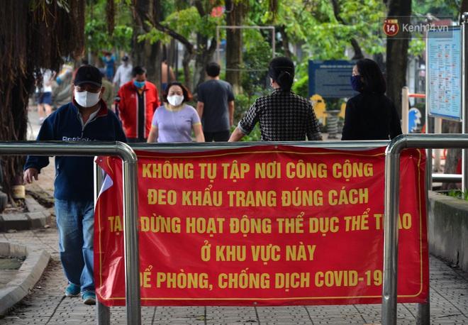 Người dân Hà Nội vẫn thản nhiên tập thể dục bất chấp thông báo và tiếng loa liên hồi của lực lượng chức năng: Không ra đường khi không cần thiết - ảnh 1