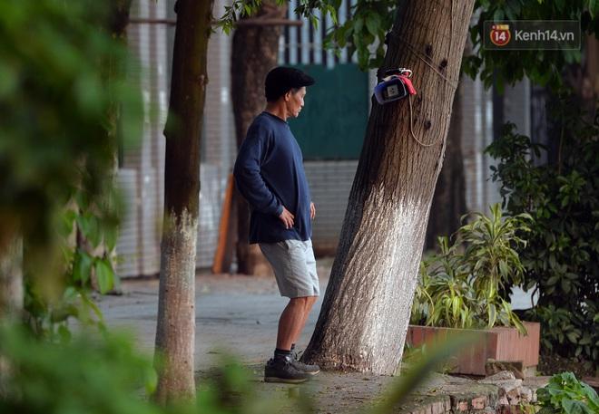 Người dân Hà Nội vẫn thản nhiên tập thể dục bất chấp thông báo và tiếng loa liên hồi của lực lượng chức năng: Không ra đường khi không cần thiết - ảnh 8