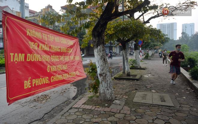 Người dân Hà Nội vẫn thản nhiên tập thể dục bất chấp thông báo và tiếng loa liên hồi của lực lượng chức năng: Không ra đường khi không cần thiết - ảnh 2
