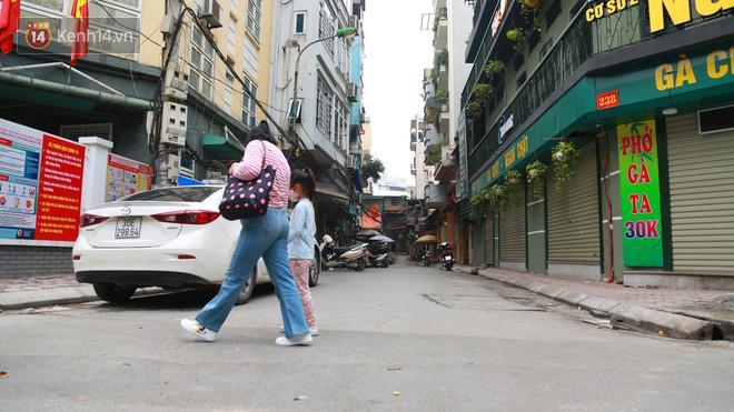 Ngắm nhịp sống trầm lặng trên những con phố siêu ngắn ở Hà Nội mùa dịch Covid -19 - ảnh 17