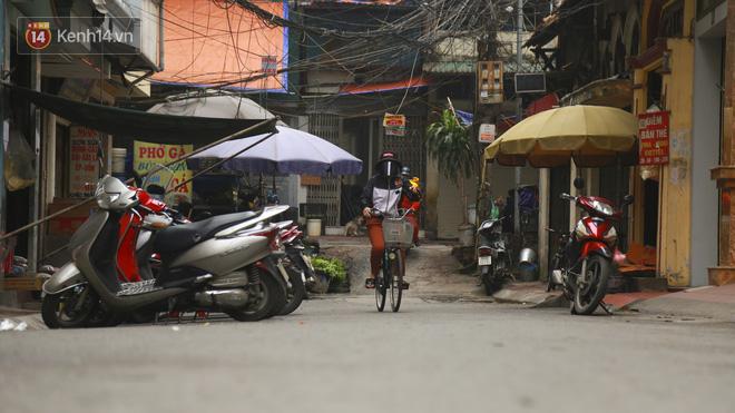 Ngắm nhịp sống trầm lặng trên những con phố siêu ngắn ở Hà Nội mùa dịch Covid -19 - ảnh 16