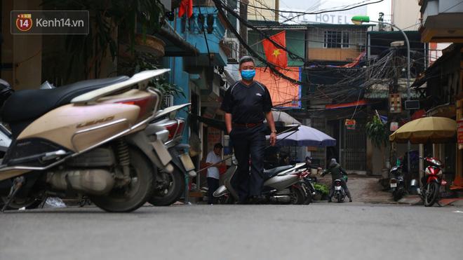 Ngắm nhịp sống trầm lặng trên những con phố siêu ngắn ở Hà Nội mùa dịch Covid -19 - ảnh 15