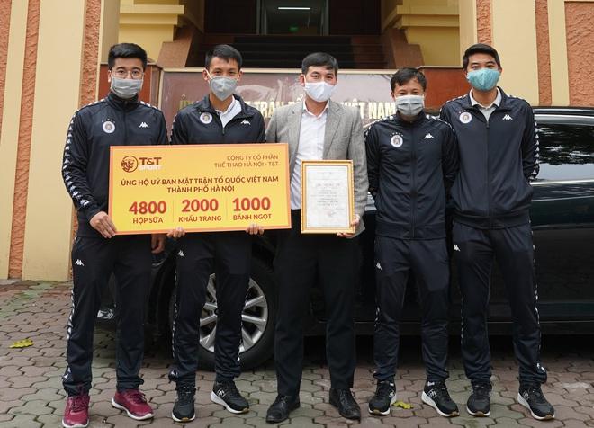 Cầu thủ Hà Nội FC góp 1 ngày lương, mua quà tặng tuyến đầu phòng chống dịch Covid-19 - ảnh 1