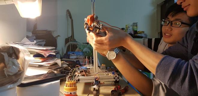 Nhóm nam sinh Bách khoa hú hét khi hoàn thành robot trong 6 ngày: Cảm giác hết môn hạnh phúc thế này đây! - ảnh 4