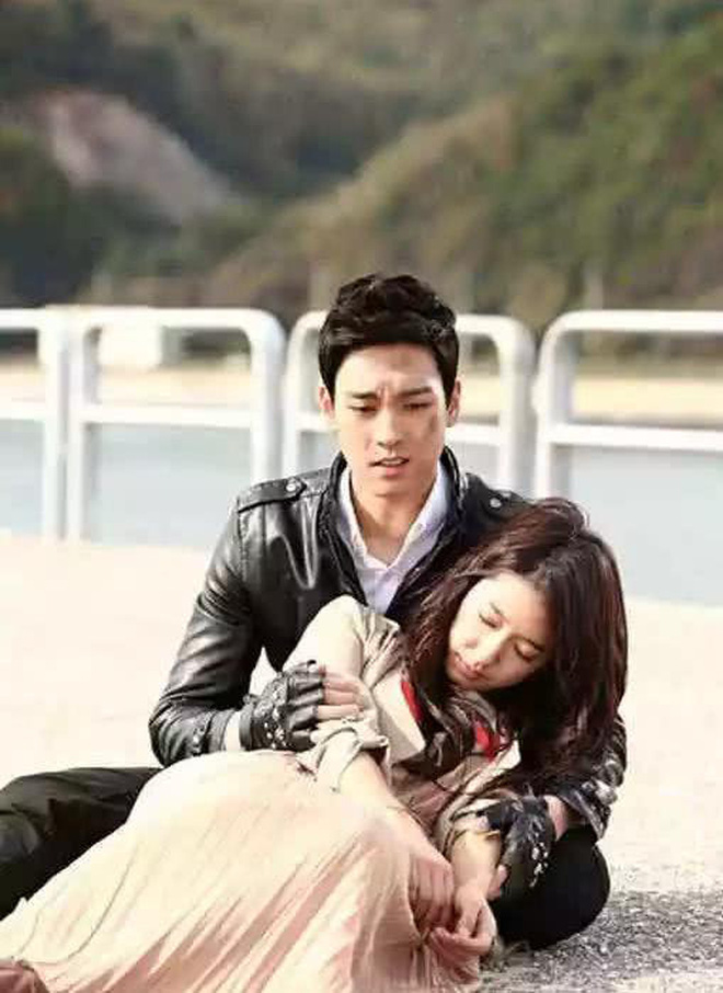 """9 cặp đôi Kbiz từ friendzone mà thành: Jeon Ji Hyun và chồng CEO là thanh mai trúc mã, ca sĩ """"Hậu duệ mặt trời"""" có cái kết đẹp - Ảnh 7."""