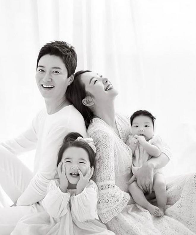 """9 cặp đôi Kbiz từ friendzone mà thành: Jeon Ji Hyun và chồng CEO là thanh mai trúc mã, ca sĩ """"Hậu duệ mặt trời"""" có cái kết đẹp - Ảnh 12."""