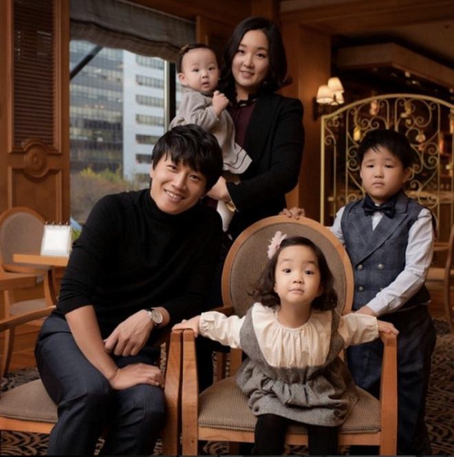 """9 cặp đôi Kbiz từ friendzone mà thành: Jeon Ji Hyun và chồng CEO là thanh mai trúc mã, ca sĩ """"Hậu duệ mặt trời"""" có cái kết đẹp - Ảnh 9."""