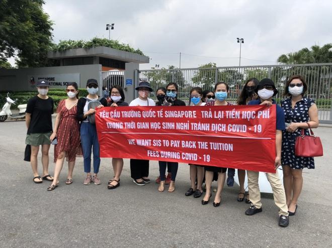 Hà Nội: Trường Quốc tế Singapore thu 80% học phí dù học sinh nghỉ học tránh dịch, phụ huynh đội nắng lên trường phản đối  - Ảnh 1.