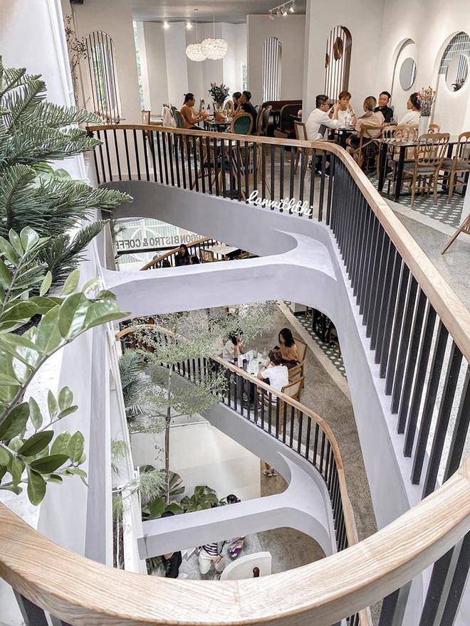 """""""Vương quốc"""" cà phê của Sài Gòn lại xuất hiện thêm 3 quán mới toanh với phong cách hoàn toàn khác biệt, hậu cách ly lại có chỗ sống ảo rồi! - Ảnh 6."""