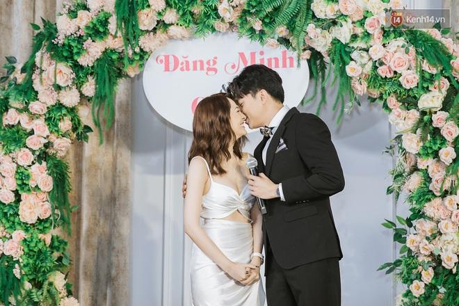 Bảo Anh - Quốc Trường bất ngờ tổ chức đám cưới, ấp ôm tình tứ tại họp báo ra mắt phim Thoát Ế - Ảnh 2.