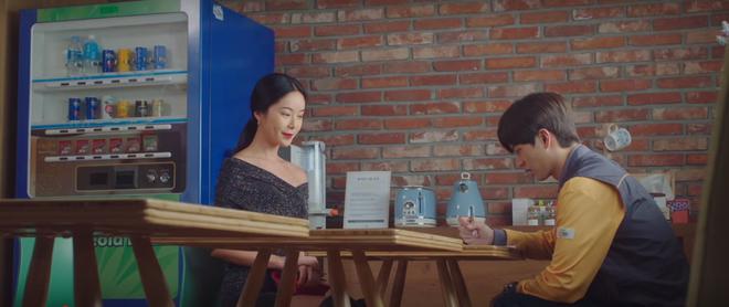 Mystic Pop-up Bar tập 2: Dì hai Hwang Jung Eum tuyển chạy bàn như săn trai về làm tay vịn, lừa chú bé U25 kí hợp đồng nô lệ? - ảnh 9