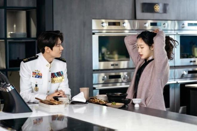 """Dự đoán Quân Vương Bất Diệt tập 11: Kim Go Eun bị """"song trùng"""" truy sát nhưng Lee Min Ho giải cứu kịp thời? - Ảnh 5."""