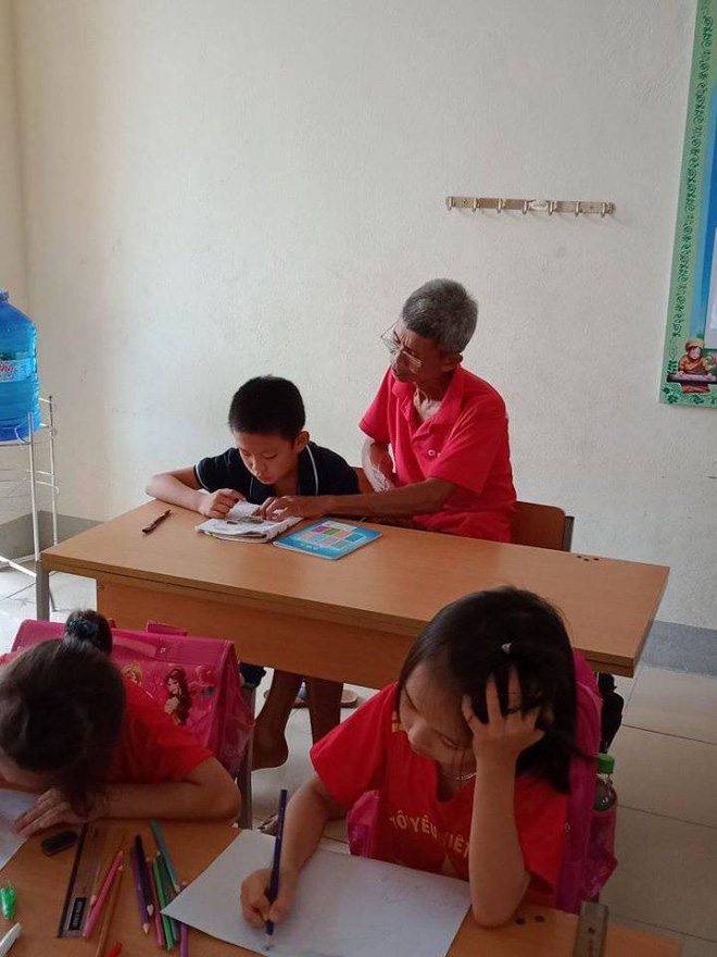 Hình ảnh ông cụ 70 tuổi ngày ngày đi học cùng cháu trai và câu chuyện đầy cảm động phía sau - ảnh 1