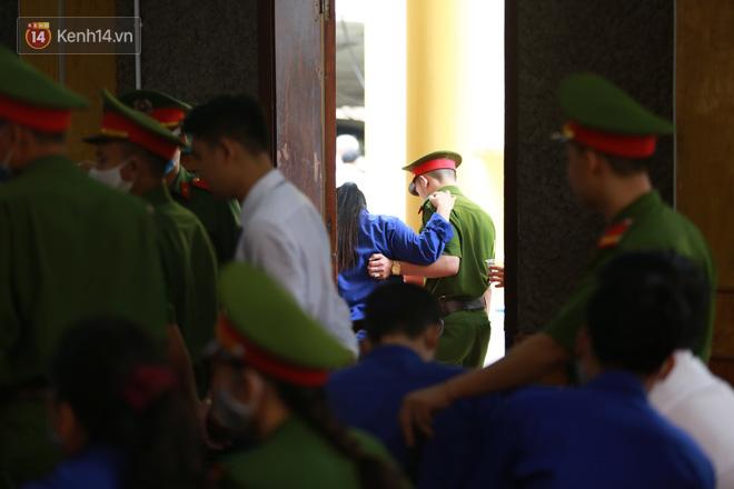 Xét xử gian lận thi THPT ở Sơn La: Người đi không vững công an phải dìu, kẻ có vai trò chính phủ nhận tội - Ảnh 13.