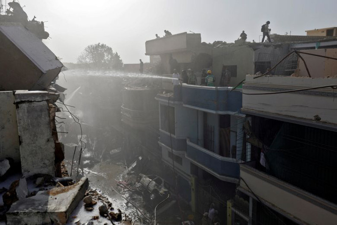 Ít nhất 2 người sống sót trong vụ máy bay Pakistan chở hơn 100 hành khách và thành viên phi hành đoàn rơi ở Karachi - Ảnh 3.