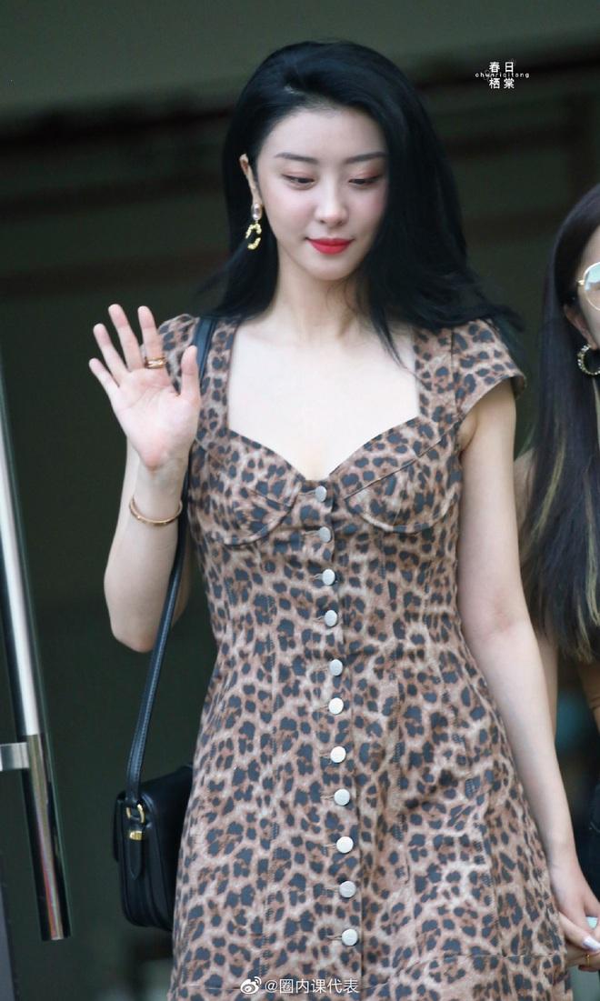 2 học trò Lisa hot nhất hôm nay: Phú bà Bắc Kinh khoe da trắng không tì vết, rapper cool ngầu gây sốt với body mảnh mai - ảnh 1