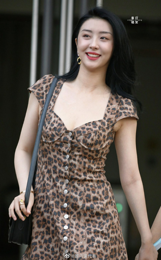 2 học trò Lisa hot nhất hôm nay: Phú bà Bắc Kinh khoe da trắng không tì vết, rapper cool ngầu gây sốt với body mảnh mai - ảnh 2